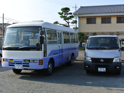 吉田町魚金ずし 駐車場完備、大型バス2台分の駐車スペース